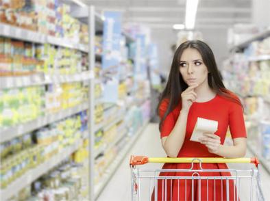 Chica en el supermercado para hacer la compra